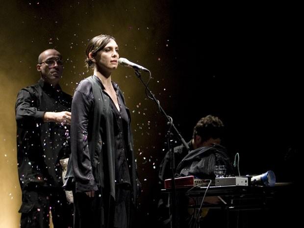 """A cantora se apresenta ao lado de sua """"mesa mágica"""" (Foto: Catarina Henrigues)"""