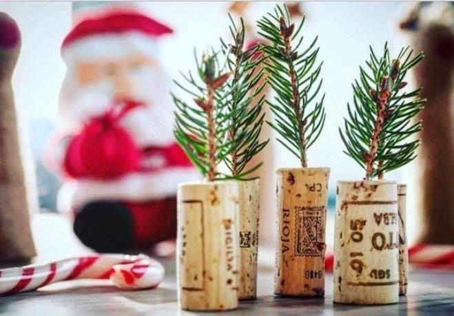 Rolhas de vinhos se transforam em mini pinheiros de Natal (Foto: @allianzsuisse)