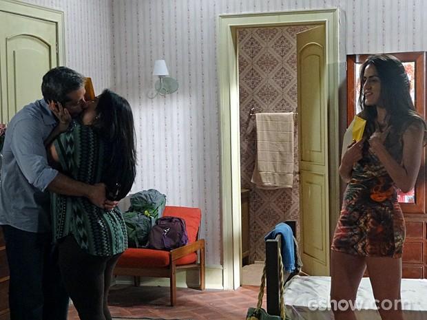 Cacá ganha beijão de Rita (Foto: Além do Horizonte/TV Globo)