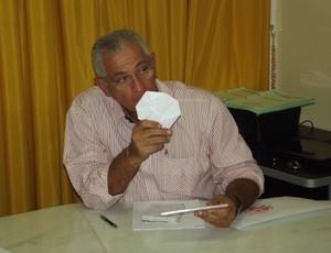 Antônio Pereira da Silva recebeu DVD com lances polêmicos da Série B (Foto: Tiago Menezes)