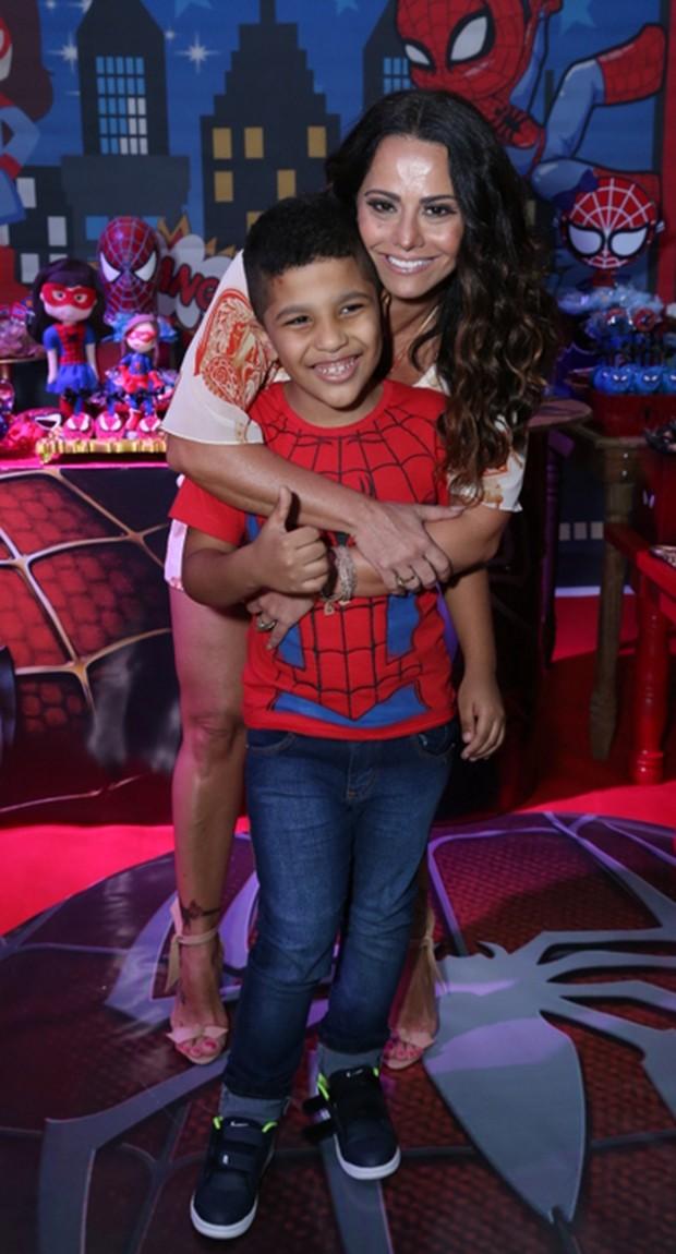 Viviane Araújo com o sobrinho Lucas (Foto: Agnews)