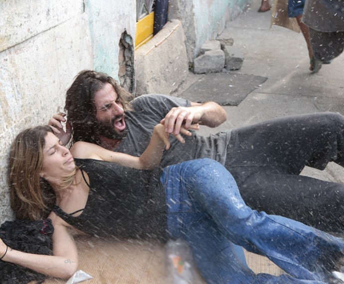 Larissa e Roy são acordados com água na rua (Foto: Felipe Monteiro / Gshow)