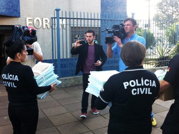 Policiais encaminham inquérito ao Fórum de Três Passos, RS (Foto: Estêvão Pires/G1)