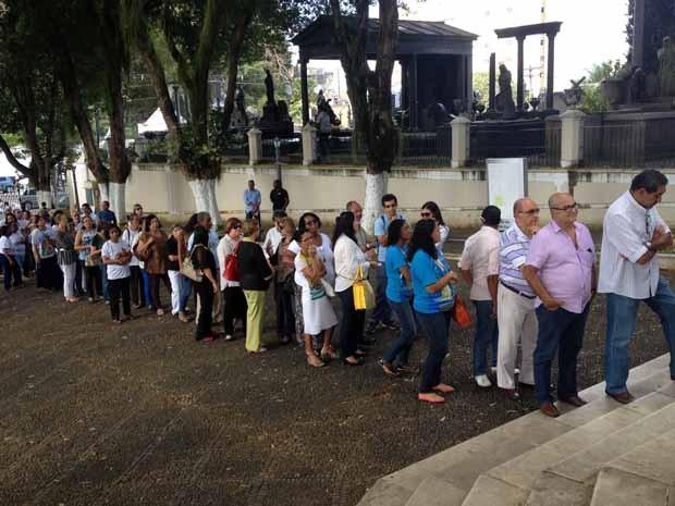 Fieis fazem fila para se despedir de padre (Foto: Ruan Melo/ G1)