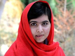 Imagem reproduzida de vídeo mostra Malala Yousafzai discursando em uma mensagem para o primeiro auxílio do Fundo Malala na quinta-feira (4) (Foto: AFP PHOTO / MALALA FUND)