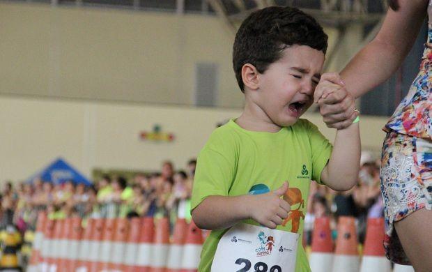 Pequeno chora por não ter chegado em 1º lugar (Foto: Katiúscia Monteiro/ Rede Amazônica)