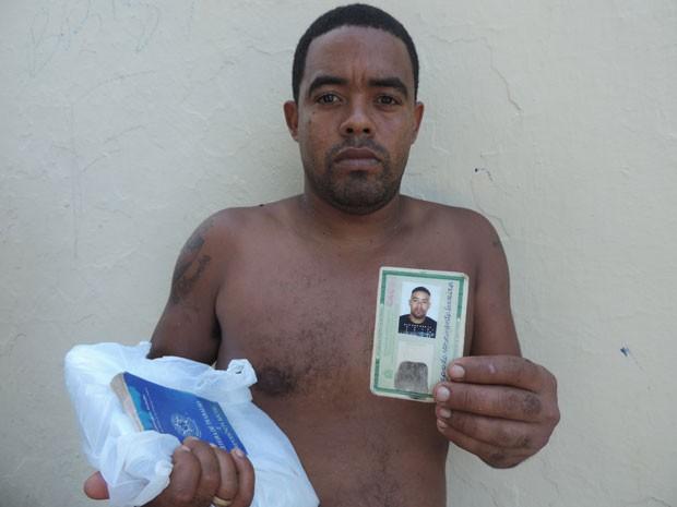 Além de documentos, o ajudante de pedreiro Magno Nascimento salvou o botijão, a televisão, um cachorro e uma iguana de estimação (Foto: Luna Markman/G1)