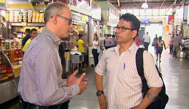 Hilário Bocchi Júnior tirou dúvidas no Mercado Municipal de Ribeirão (Foto: Reprodução / EPTV)