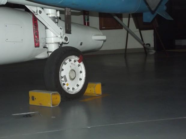 Pneus encontrados são de caça, que caiu, afirmou Marinha mostrando modelo semelhante na Basa Aeronaval de São Pedro da Aldeia (Foto: Rebeca Nascimento/G1)