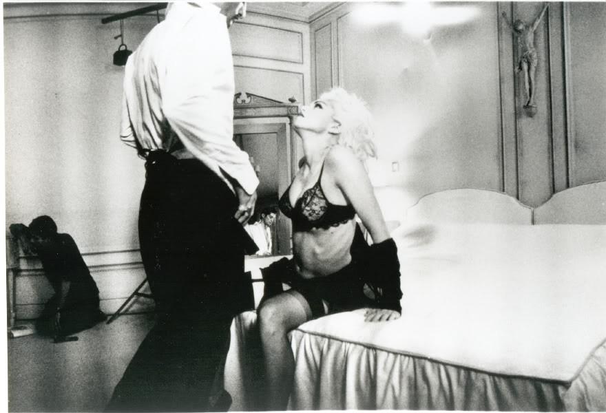 """Madonna em cena do clipe """"Justify my Love"""" (Foto: Reprodução)"""