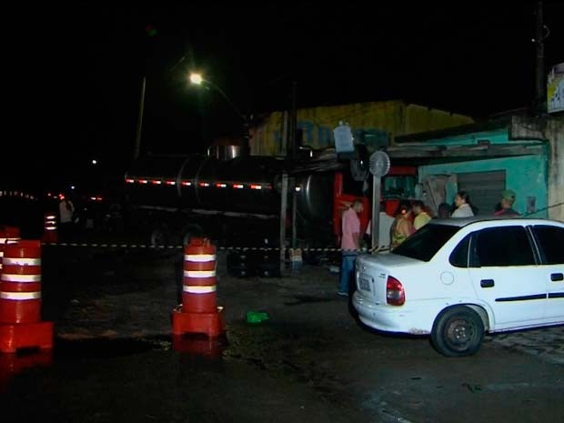 Motorista perdeu controle do veículo, informou o Corpo de Bombeiros (Foto: Imagens/ TV Subaé)