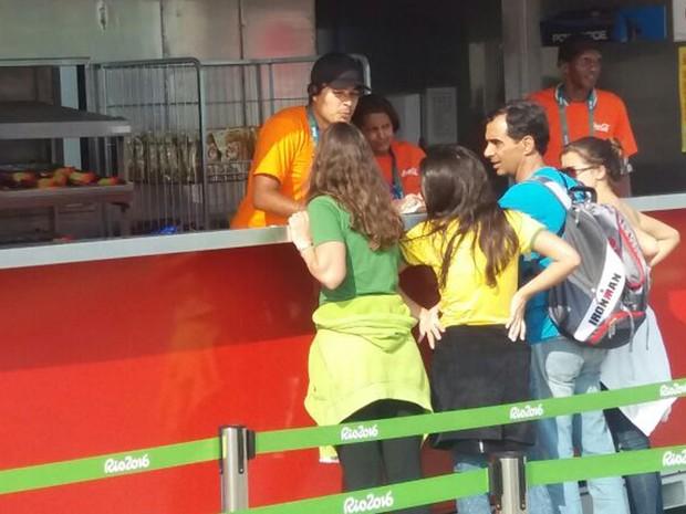 Funcionários de Parque Olímpico servem lanches nesta terça-feira (9) (Foto: Cristina Boeckel/G1)