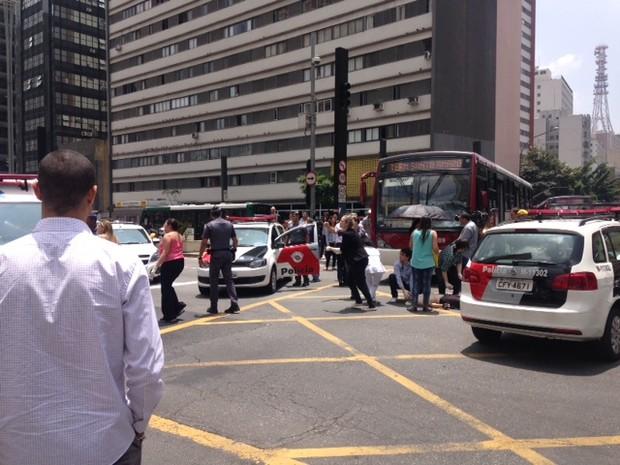 Ciclista foi atingido por ônibus no cruzamento das avenidas Paulista e Brigadeiro Luís Antônio (Foto: Sttela Vasco/G1)