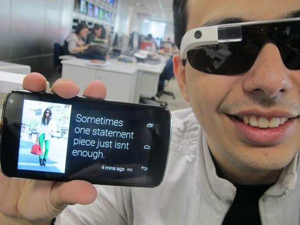 Masi mostra que aplicativo em smartphone permite mostrar o que aparece na telinha do Glass (Foto: Gustavo Petró/G1)