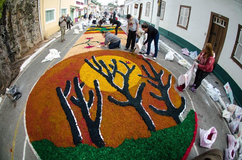 Confecção dos famosos tapetes de Corpus Christi em Santana do Parnaíba (SP) (Foto: Rogerio Cavalheiro/Futura Press)