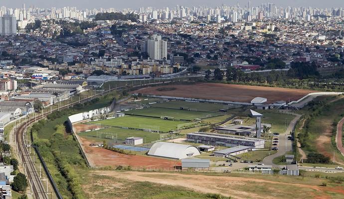Vista aérea do CT Joaquim Grava e do local onde será o CT da base do Corinthians (ao fundo) (Foto: Daniel Augusto Jr / Agência Corinthians)