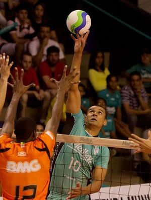 Rivaldo, do Campinas, ataca o bloqueio do São Bernardo (Foto: Divulgação Medley/Campinas)