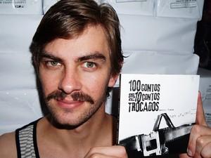 Daniel Viana exibe o livro '100 contos por 10 contos trocados' (Foto: Arquivo Pessoal)