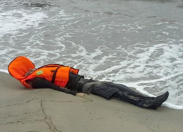 Dezenas de imigrantes morreram na terça, pois usavam coletes falsos (Foto: Reuters)