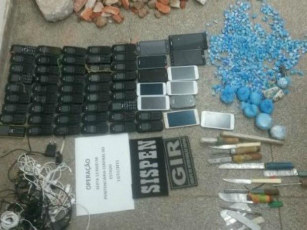Celulares, facas, porções de drogas e bebidas foram encontradas em celas da PCE (Foto: agentes penitenciários/PCE-MT)