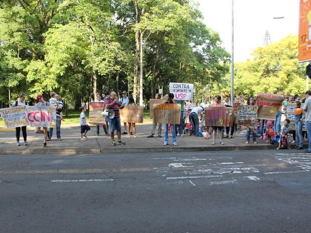 Protesto contra fechamento de vagas da creche na Esalq em Piracicaba (Foto: Julia Rossi)
