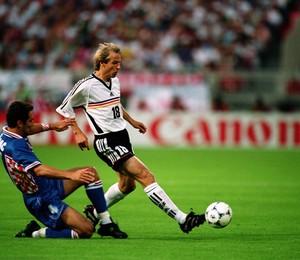 Klinsmann tenta passar por marcação croata (Foto: Getty Images)