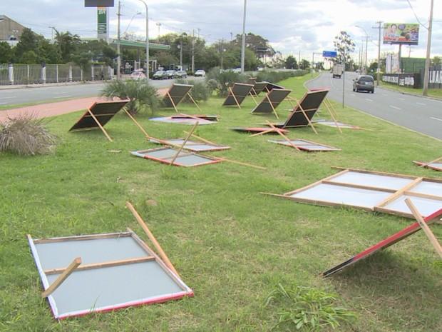 Frame cavaletes são derrubados pela força do vento em Porto Alegre - Rio Grande do Sul (Foto: Reprodução/RBS TV)