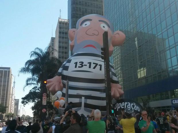 Boneco inflável com a imagem de Lula é ser erguido na Avenida Paulista (Foto: Gabriela Gonçalves/G1)