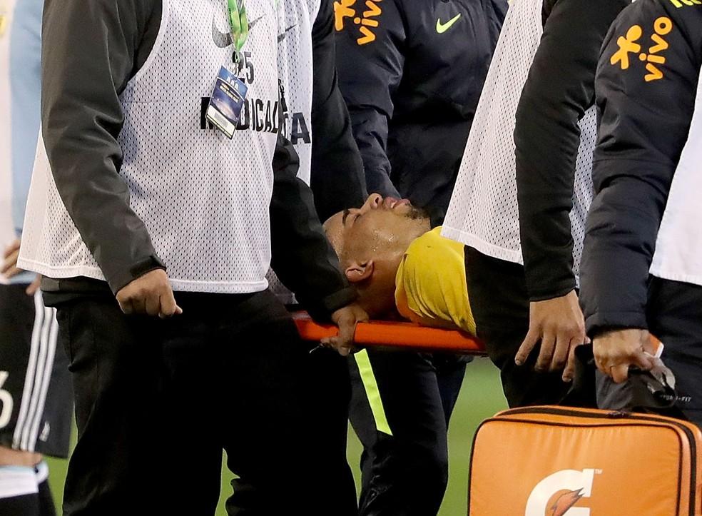 Gabriel Jesus deixa o campo na maca depois de levar cotovelada (Foto: Getty Images)
