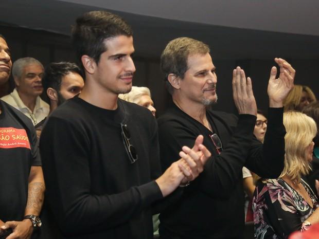 Edson Celulari e o filho, Enzo Celulari, em estreia de peça na Zona Norte do Rio (Foto: Roberto Filho/ Brazil News)