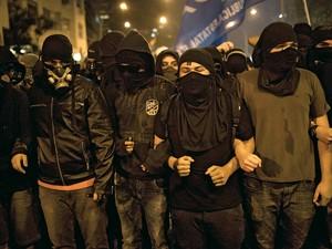 GLADIADORES É assim que se autoproclamam os anarquistas das manifestações (Foto: Felipe Dana/AP)