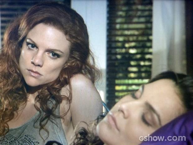 Vanessa observa Marina dormir e lembra do passado (Foto: Em Família/TV Globo)