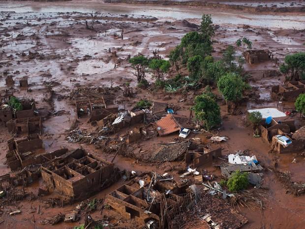 06/11 - Carros e destroços de casas são vistos em meio a lama após o rompimento de uma barragem de rejeitos da mineradora Samarco no Distrito de Bento Rodrigues, no interior de Minas Gerais (Foto: Felipe Dana/AP)