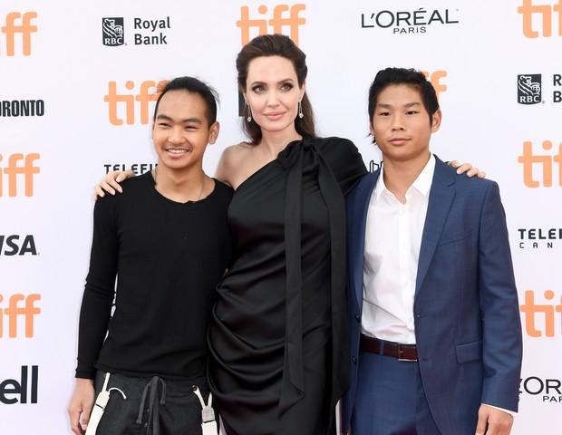 Angelina Jolie e seus filhos (Foto: getty images)