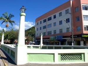 Praça Olímpica recebeu serviços de limpeza, poda e pintura (Foto: Jeferson Hermida)