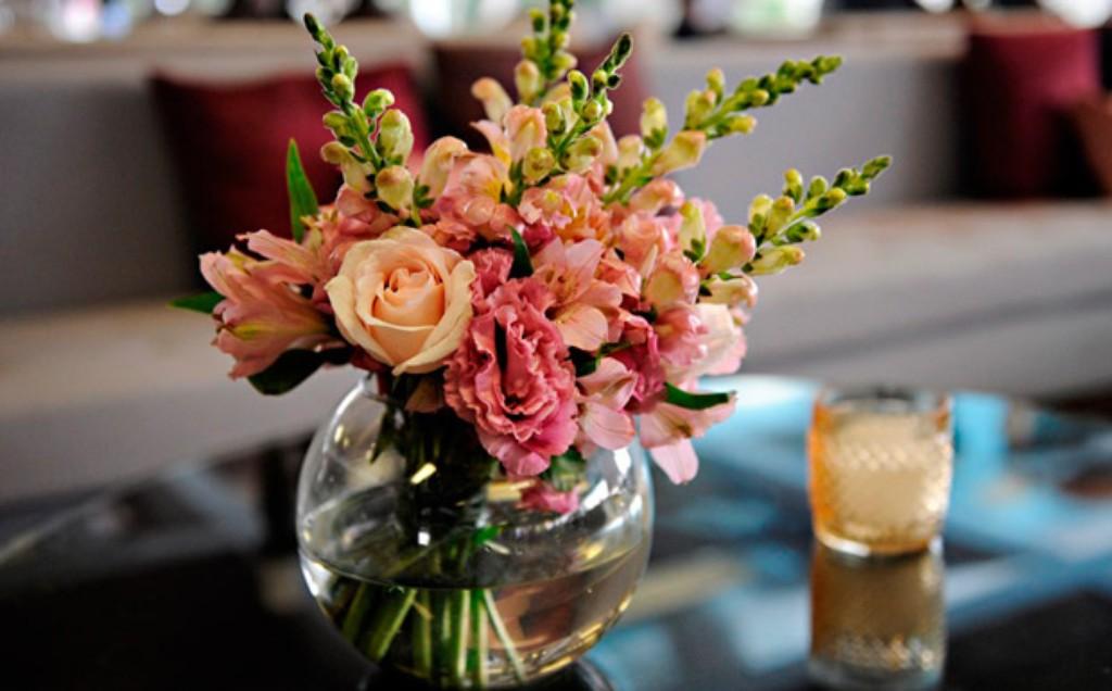 Faça você mesmo: centro de mesa com flores para casamento