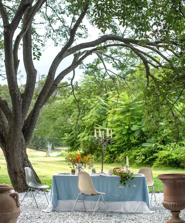 Área externa. A paisagista criou um pátio com pedras brancas ao redor da amoreira para trazer mais luz ao espaço, onde realiza almoços e jantar à luz de velas (Foto: Marco Bertolini / Living Inside)