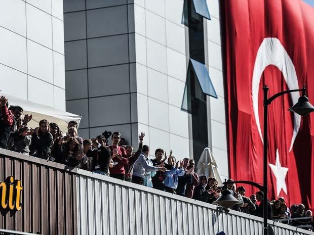 Funcionários so grupo grupo Koza-Ipek protestam em Istambul contra a invasão da polícia nesta quarta-feira (28) (Foto: AFP PHOTO / OZAN KOSE)