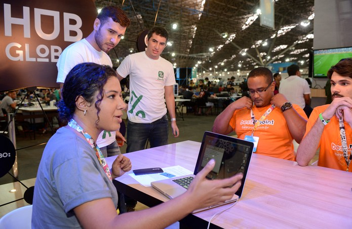 Desenvolvedores e campuseiros no Hub Global, na Campus Party, trocando novidades com o TechTudo (Foto: Divulgação/ Campus Party)