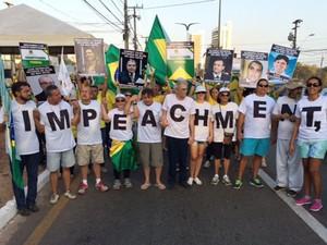 Manifestantes formam mosaico com a palavra impeachment durante protesto em São Luís (Foto: Sidney Pereira/TV Mirante)
