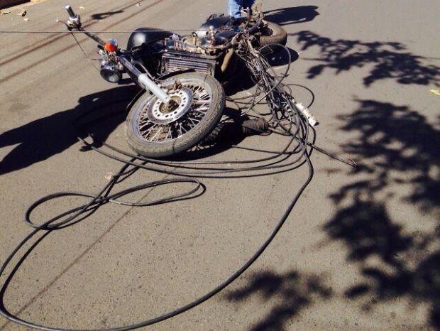 Motociclista se enroscou em fios que caminhão derrubou (Foto: Giuliano Tamura / TV TEM)