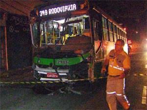 Ônibus se envolveu em acidente com carro em Campinas (Foto: Reprodução / EPTV)