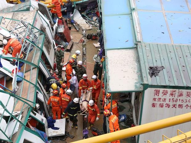 Trabalhador é resgatado após acidente em construção em Dongguan, na província chinesa de Guangdong, na terça-feira (12) (Foto: Stringer/ Reuters)