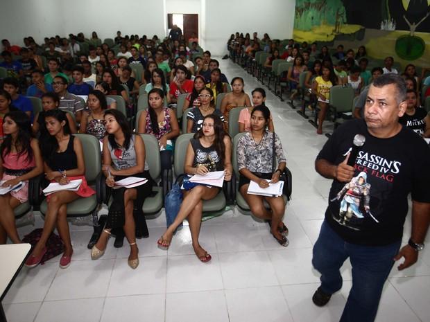 """Cerca de 300 estudantes de Breves participaram dos """"aulões"""" da Caravana Pro Paz Enem. (Foto: Agência Pará)"""