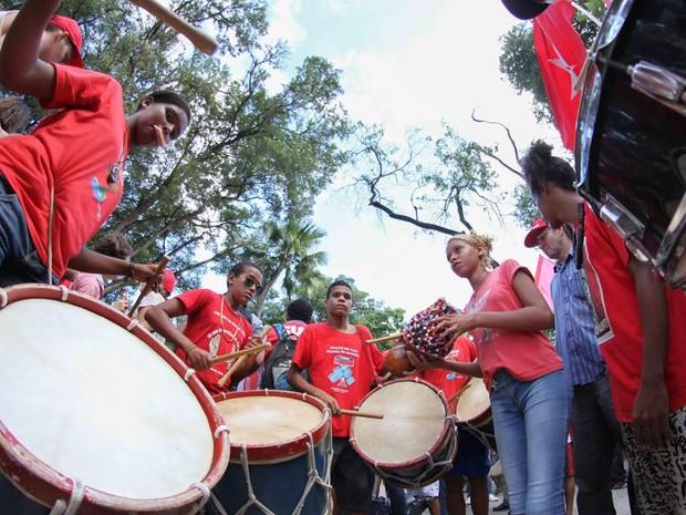 Grupos de maracatu animam a concentação do protesto, no Derby (Foto: Aldo Carneiro / Pernambuco Press)