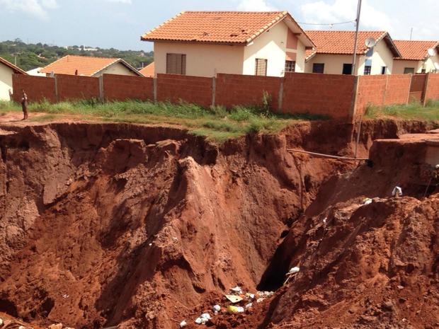 Chuvas em Naviraí provocaram uma cratera que ameaça as casas próximas (Foto: Claudia Gaigher/ TV Morena)