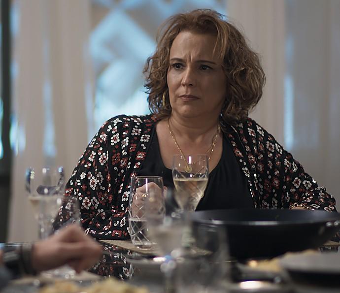 Néia finge que não tem nada a ver com a reação alérgica de Diana (Foto: TV Globo)
