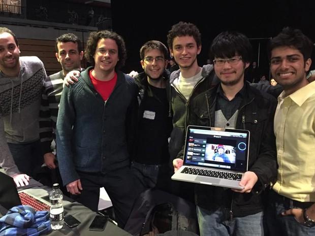 Rodrigo e Henrique são membros de uma equipe com sete integrantes de diversos países (China, Espanha, Grécia, Índia, Líbia) que trabalharam em conjunto em um projeto premiado na Hackathon (Foto: Divulgação)