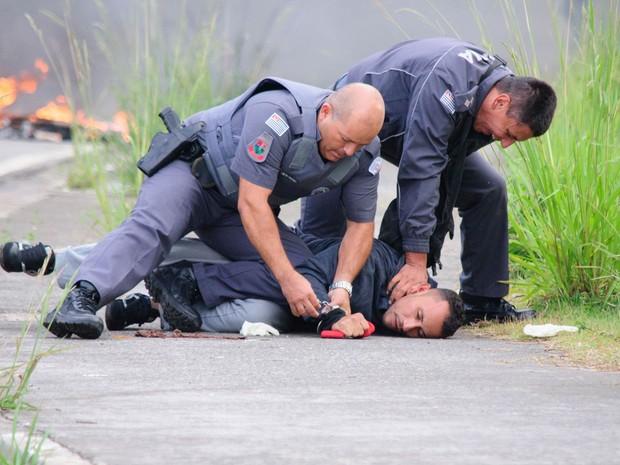 Manifestante é detido pela polícia durante protesto contra o impeachment da presidente Dilma Rousseff e por mais moradias realizado por integrantes do MTST na Avenida Jacu-Pêssego, em São Paulo (Foto: Peter Leone/Futura Press/Estadão Conteúdo)