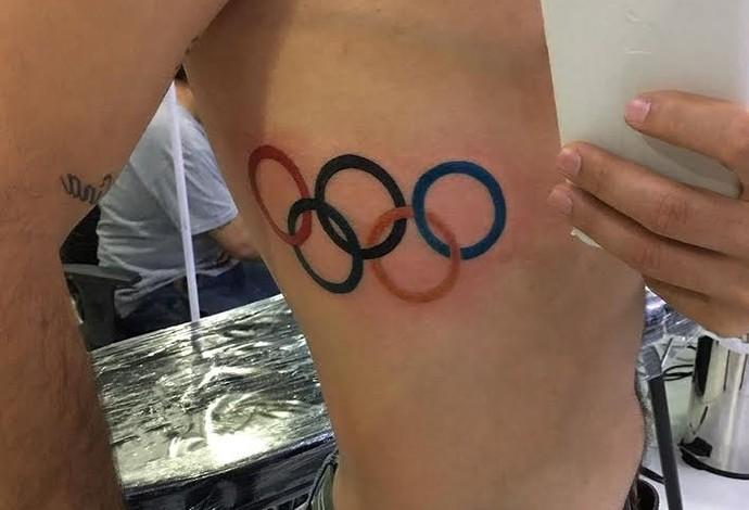 Aros olímpicos ganham espaço na costela do jogador (Foto: William)